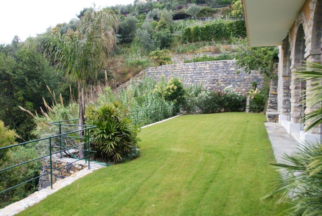 ZOAGLI vendesi appartamento in villa vista mare con giardino e piscina