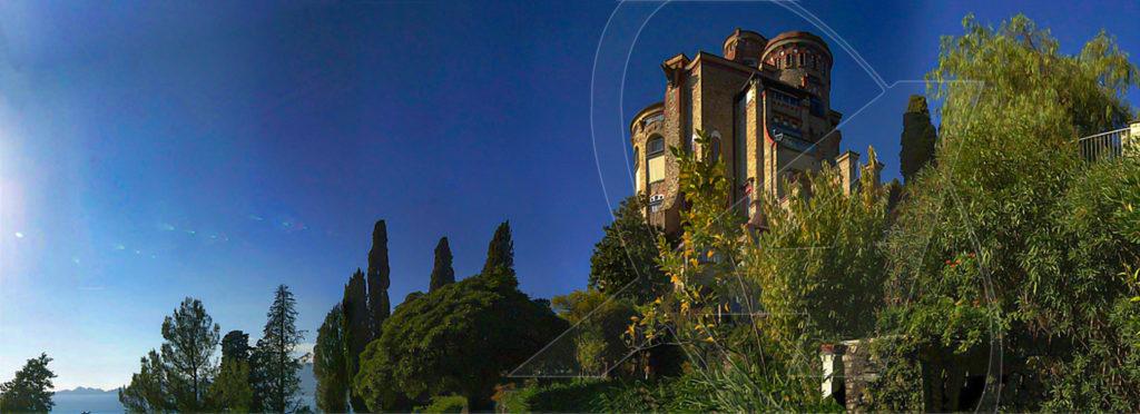 Il castello di Sem Benelli visto dal parco privato che si estende fino al mare