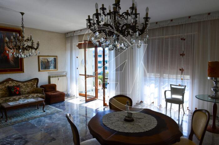 Grande e luminoso appartamento con ampi balconi in affitto a Rapallo zona centrale