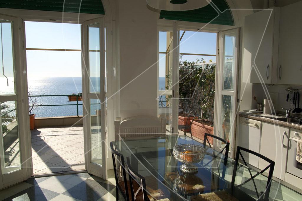 ZOAGLI Affitto appartamento in villa a picco sul mare con spiaggia privata