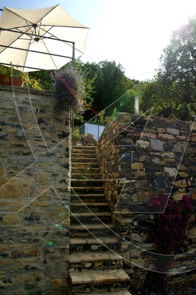 Rustici in vendita a Rapallo tra il verde della collina di Chignero