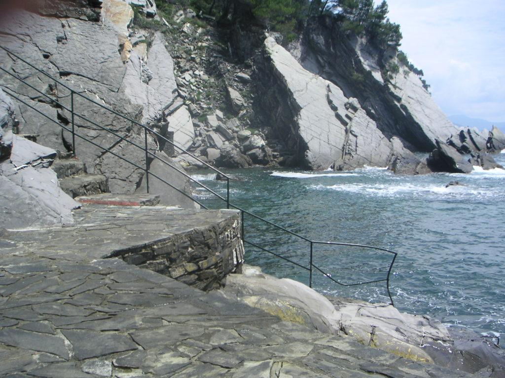 Spiaggia privata scogliera Zoagli attico vista mare con ampie terrazze
