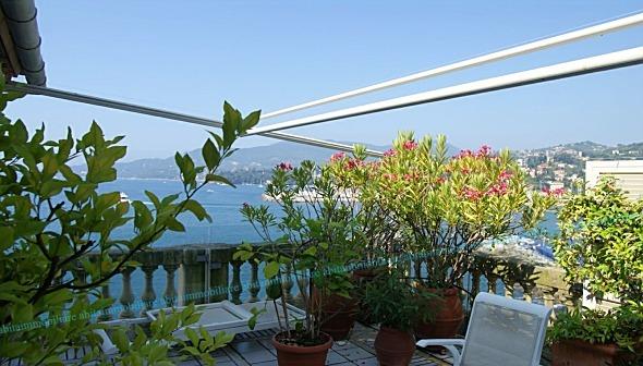 Vendesi appartamento in villa sul mare con spiaggia privata