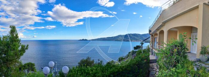 Zoagli - Vendesi suggestivo appartamento in villa fronte mare con spiaggia privata