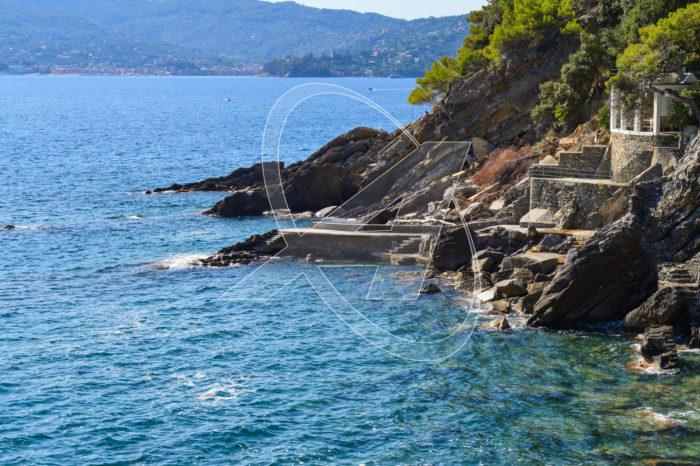 A Zoagli con spiaggia privata e comoda funicolare